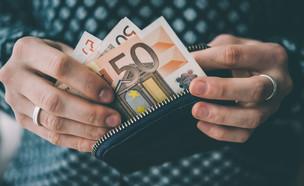 משלמים אירו במזומן (צילום: ShutterStock)