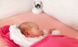 תינוק ישן מול מצלמת אבטחה (צילום: ShutterStock)