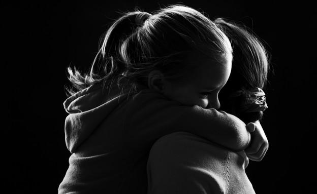 ילדה עצובה מחבקת את אמה (אילוסטרציה: Shutterstock)