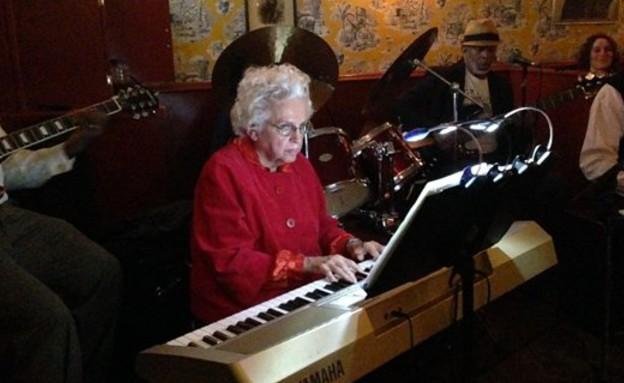 סבתא והחבר'ה (צילום: טוויטר, מעריב לנוער)