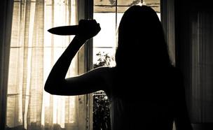 צללית של אישה עם סכין (צילום: Lario Tus, Shutterstock)