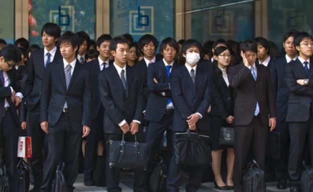 עובדים ממתינים לרכבת ביפן (אילוסטרציה: Shutterstock)
