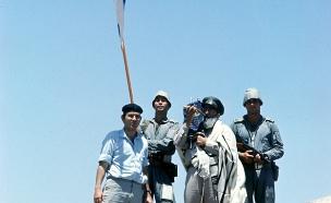 """הרב גורן מברך את החיילים היוצאים למלחמה (צילום: באדיבות ארכיון צה""""ל במשרד הביטחון. צלם: מערכת במחנ)"""