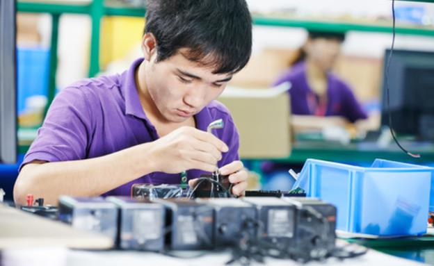 פועלים סינים במפעל אלקטרוניקה (צילום: ShutterStock)