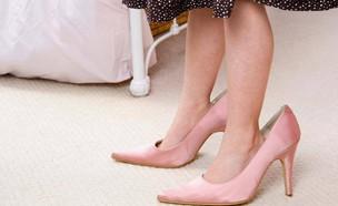 ילדה נעליים גדולות של אמא (צילום:  Photo by Flash90)