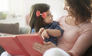 ילדה מדברת עם אמא  (צילום: Shutterstock)