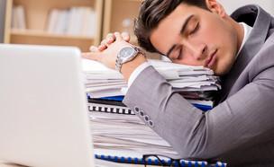 איש נרדם בעבודה (צילום: Elnur, Shutterstock)