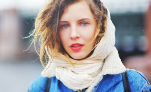 בחורה צעירה עם צעיף (צילום: Shutterstock)