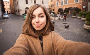 """""""תיירת צעירה ויפה באירופה"""" (צילום: ShutterStock)"""