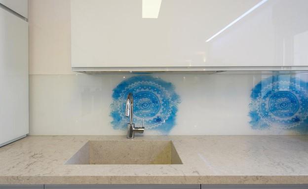 חיפוי זכוכית13, זכוכית שקופה בשילוב אלמנט חזרתי בתכלת (צילום: יובל רון, עיצוב-הדס פילובסקי-רון)
