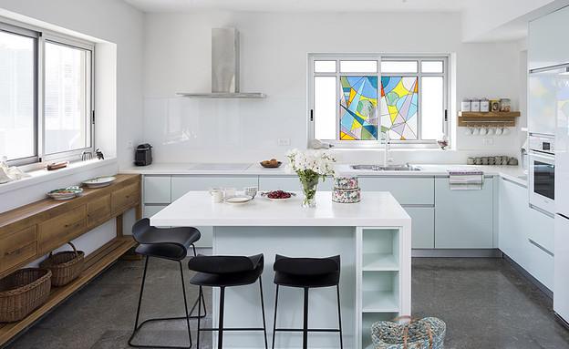 חיפוי זכוכית03, מטבח בגוון תכלכל עם חיפוי זכוכית בלבן (צילום: שי אפשטיין, עיצוב-ענבל איילון)