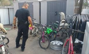 שוטרים שיפצו אופניים (צילום: דוברות המשטרה)