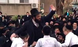 קמיניץ בצאתו ממעצר (צילום: ישראל כהן כיכר השבת)