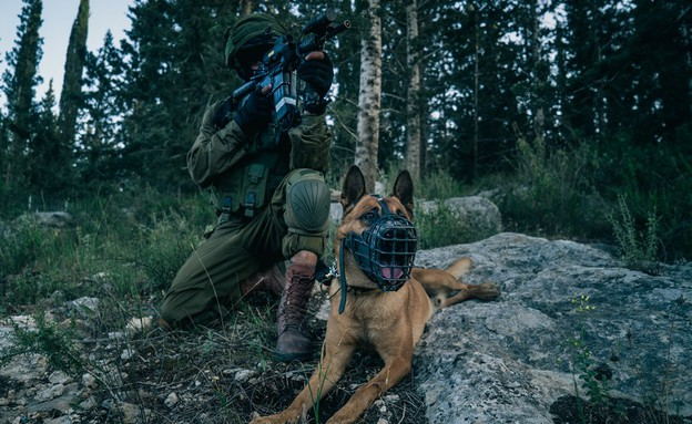 """לוחם לוט""""ר לצד כלב של יחידת """"עוקץ"""" (צילום: דובר צה""""ל)"""