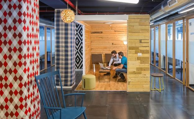 משרדים04, שימוש בחומרים מגוונים ואקלקטיים (צילום: שי אפשטיין)