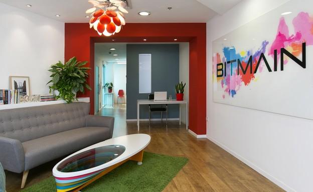 משרדים05, עמוד קיים הורחב ונצבע באדום (צילום: שירן כרמל)