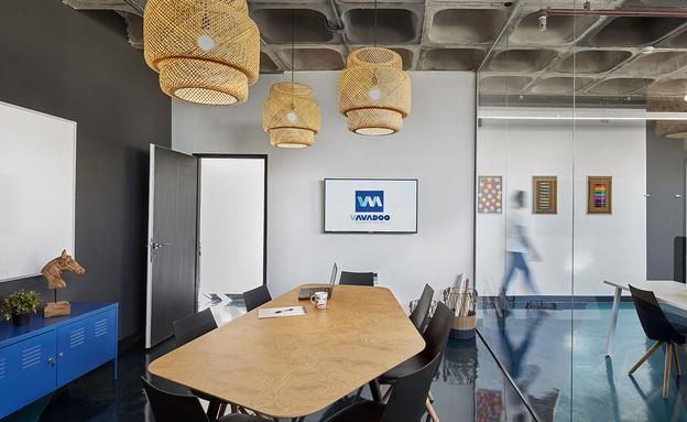 משרדים06, רצפת אפוקסי בגווני הלוגו (צילום: שי גיל)