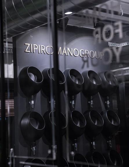 משרדים01, משתנות שחורות ישמשו כמדפים (צילום: סשה ל-DVISION STUDIO)