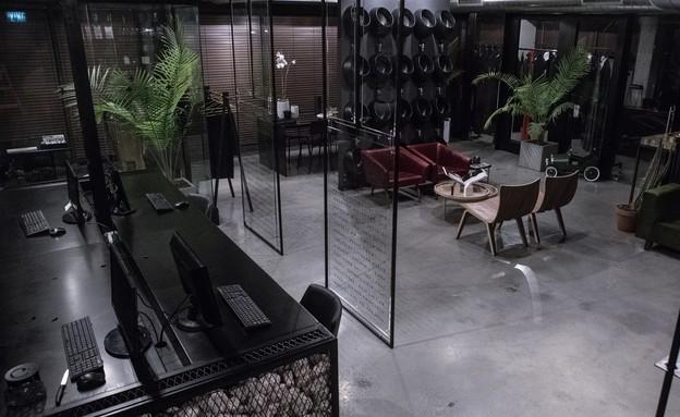משרדים01, רשת עם אבנים בשולחן הישיבות (צילום: סשה ל-DVISION STUDIO)