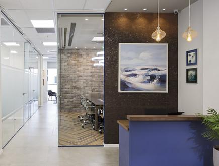משרדים02, שילוב של שעם וזכוכית בכניסה למשרד