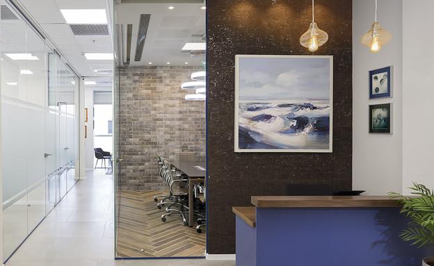 משרדים02, שילוב של שעם וזכוכית בכניסה למשרד (צילום: שי אפשטיין)