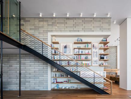 משרדים03, ספרייה ענקית עם מאות ספרי עיצוב ואמנות