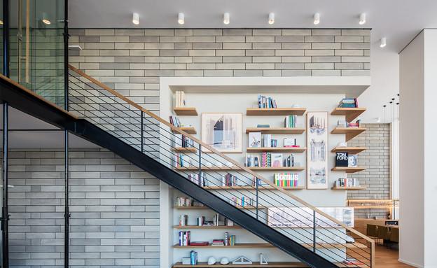 משרדים03, ספרייה ענקית עם מאות ספרי עיצוב ואמנות (צילום: אביעד בר נס)