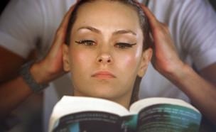 דוגמנית קוראת ספר בתצוגת אופנה בסידני אוסטרליה (צילום: Lisa Maree Williams, GettyImages IL)