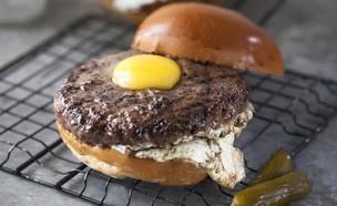 המבורגר עם ביצת עין (צילום: אפיק גבאי, אוכל טוב)
