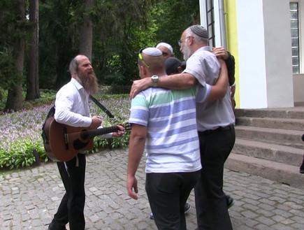 רוני אילון, הגיטרה ושמחת החסידים בגן סופיה. המסע ל