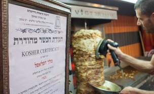 תעודת כשרות בירושלים. למצולם אין קשר לנאמר בכתבה (צילום: אמיל סלמן, TheMarker)