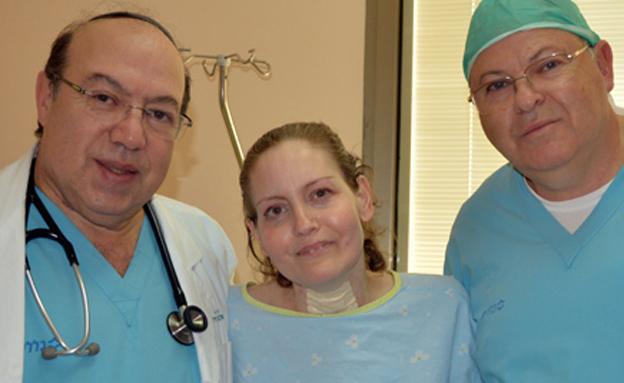 ליז לצד רופאיה לאחר הניתוח המוצלח