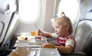 ילדה במטוס (צילום: Shutterstock)