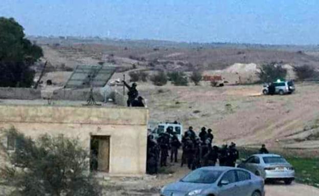 שוטרים במהלך מבצע ההריסה (צילום: פסגת המעודכנים)