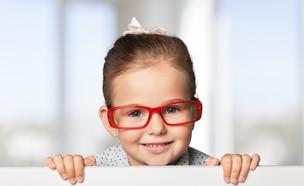 ילדה עם משקפיים (צילום: Billion Photos, Shutterstock)