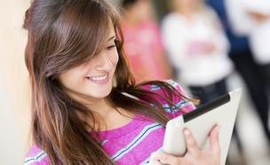 נערה עם טאבלט (צילום: ThinkStock)