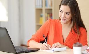 אישה צעירה מקשיבה לקורס באינטרנט (אילוסטרציה: Shutterstock)