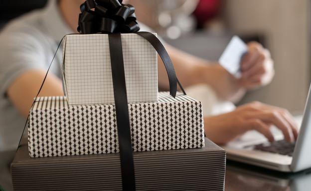 גבר קונה מתנות באינטרנט (אילוסטרציה: Shutterstock)