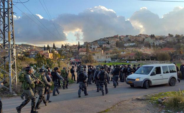 שוטרים בהפגנות המחאה נגד הטענה שמדובר בפ