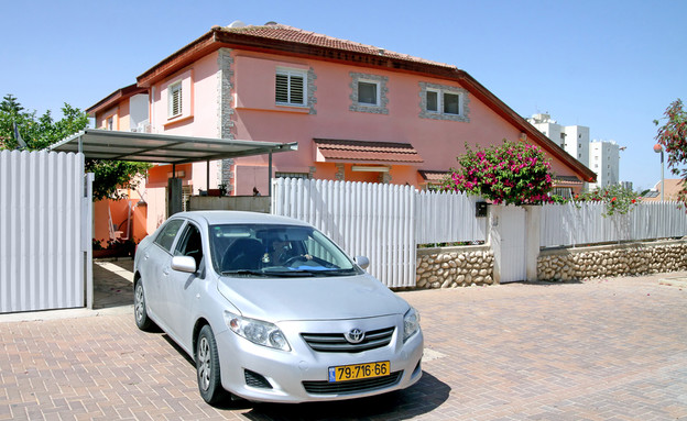 מכונית חונה ליד בית בבאר שבע (צילום: Shutterstock)