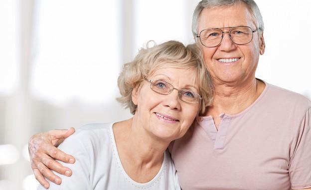 מבוגרים מרכיבים משקפיים (צילום: Billion Photos, Shutterstock)