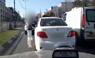 שוטר מנסה לעצור רכב