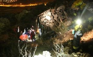 האוטובוס לאחר שהתהפך (צילום: הלל מאיר/TPS)