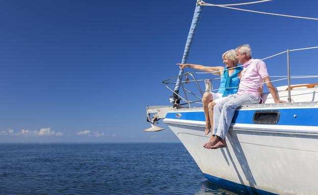 זוג מבוגר יושב על יאכטה (אילוסטרציה: Shutterstock)