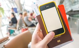 דרכון וסמארטפון (צילום: ShutterStock)