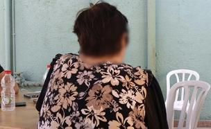 אמו של אחד החשודים באונס החיילת (צילום: חדשות 2)