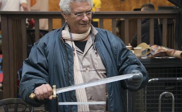 יריד אספנות נשק קר, איש מציג חרב (צילום: נועם גיגר)