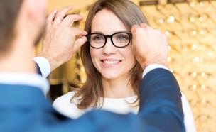 אישה מודדת משקפיים (צילום: Production Perig, Shutterstock)