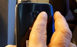 אצבע מונחת על המבזק של מצלמת גלקסי S7 (צילום: יאיר מור, NEXTER)