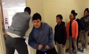 מורה בצפון קרוליינה נותן כיפים אישיים לתלמידים (צילום: חדשות 2)